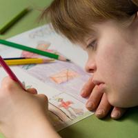 Behindertes Mädchen malt