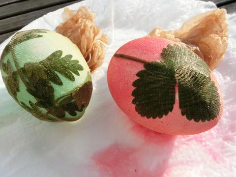 Gefärbte Ostereier mit Blättermuster