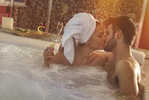 Verliebtes Paar im Whirlpool