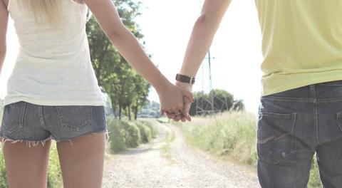 Händchen halten als Zeichen der Liebe