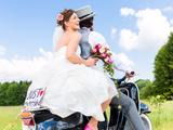 Junges Hochzeitspaar auf Motorroller