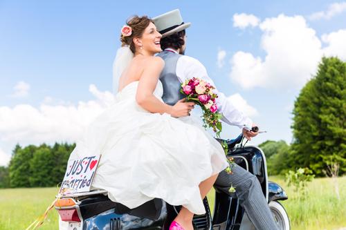 Hochzeitspaar auf Motorroller
